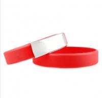 Brazalete Slim ID de silicona roja con placa de metal 45*13mm
