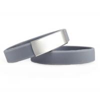Brazalete Slim ID de silicona gris con placa de metal 45*13mm